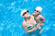 Free Mother And Baby Are Swimming Royalty Free Stock Photo - 20880585