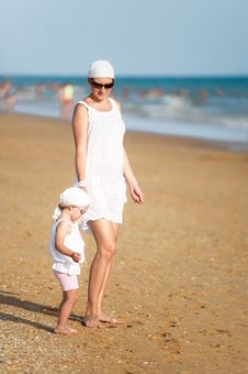 Free Mother With Baby Are Walking On Beach Royalty Free Stock Images - 20880599