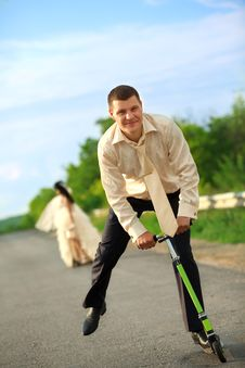Free Newlywed Couple Driving Scooter Royalty Free Stock Images - 20899099