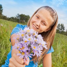 Free The Happy Girl And Bouquet Of Camomiles Royalty Free Stock Images - 20908139