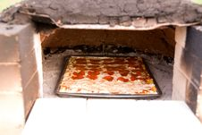 Free Pizza Baking In Earthen Oven Royalty Free Stock Photography - 20909317