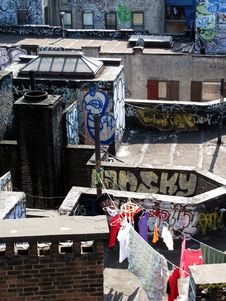 Free Laundry Drying On  Graffiti NY Rooftop Royalty Free Stock Images - 20944129