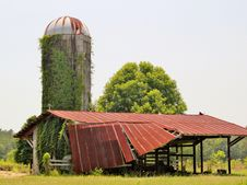 Free A Dilapidated Old Barn And Silo Royalty Free Stock Photo - 20946765