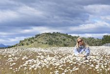 Free Woman In A Daisy Field Royalty Free Stock Image - 20959776
