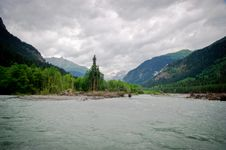 Free The River In A Valley Between Mountains Royalty Free Stock Images - 20959859