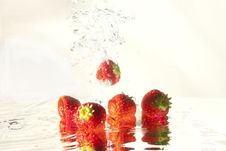 Free Strawberry In Water Stock Photography - 20960062