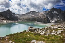 Dam Between Mountains Royalty Free Stock Photography