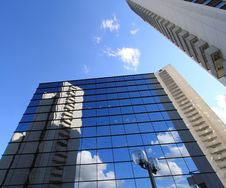 Free Office  Building And Reflection In Its Windows Royalty Free Stock Photos - 21015148