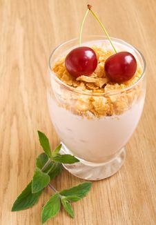 Free Cherry Yogurt With Flakes Royalty Free Stock Images - 21021879