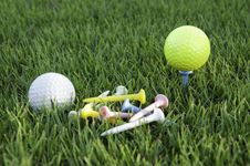 Free Balls Of Golf White And Yellow. Stock Photos - 21022413