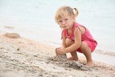 Free Girl Playing On Beach Royalty Free Stock Photography - 21076337