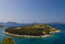 Free Green Island In The Aquamarine Sea Stock Photo - 21096910
