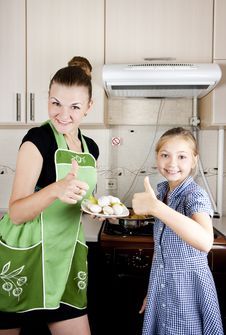 Free Woman With A Daughter In The Kitchen Preparing Royalty Free Stock Images - 21099579
