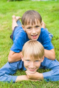 Free Two Bros On Grass Royalty Free Stock Photo - 21100595