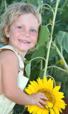 Free Toddler Girl With Sunflower Outdoor Royalty Free Stock Photography - 21101177