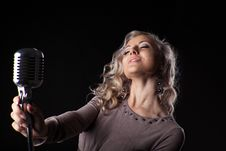 Free Beautiful Blond Woman Portrait Sing In Microphone Royalty Free Stock Images - 21105359