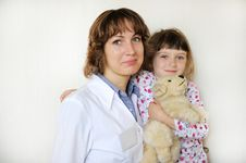 Free Young Female Doctor With A Cute Little Patient Royalty Free Stock Photos - 21107058
