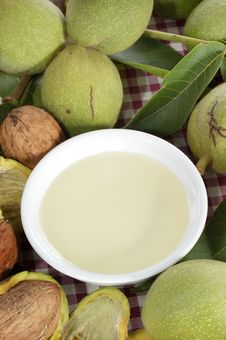 Free Fresh Walnut Oil In A Bowl Stock Photography - 21112952