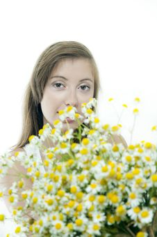 Free Young   Brunette With Bouquet Of  Daisy 2 Stock Photos - 21131133