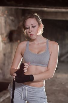 Free Kickbox Woman Fighter Getting Ready Royalty Free Stock Image - 21133316