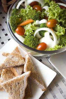 Free Mixed Salad And Wheat Toast Royalty Free Stock Photography - 21144077