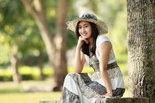 Free Young Smiling Asian Woman Sitting Outdoor Stock Images - 21157744