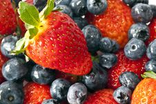 Free Garden Strawberry And Blueberries Royalty Free Stock Image - 21159566