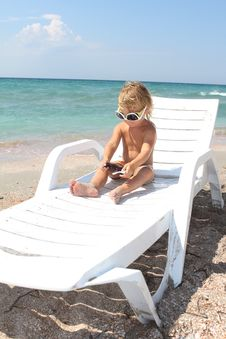 Free Child Relaxing On Beach Royalty Free Stock Photos - 21162728