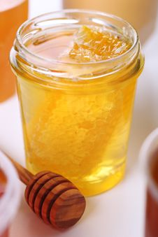 Free Jar Of Honey With Honeycomb Royalty Free Stock Image - 21172246