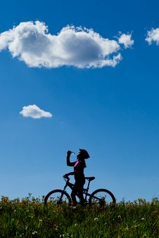 Free Silhouette Of Mountain Biker Drinking. Royalty Free Stock Images - 21176929