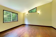 Free Large Yellow Empty Room Large Window Stock Photography - 21179412
