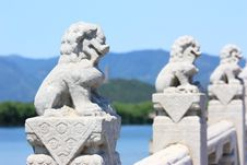 Free White Marble Carved Lions Royalty Free Stock Images - 21207689