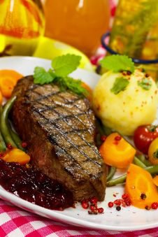 Free Gourmet Steak With Green Beans,Cherry Tomato,Cranb Royalty Free Stock Photography - 21207827
