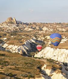 Free Low Flying Balloons Ravine Uchisar Turkey Royalty Free Stock Image - 21214256
