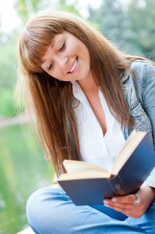 Free Young Woman Reading A Book Sitting On The Bench Stock Photography - 21220372