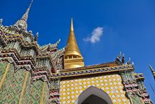 Free Golden Pagoda And Stupa At Wat Pra Kaew Royalty Free Stock Photography - 21237037