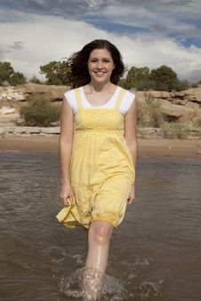 Free Yellow Dress Water Stock Photography - 21241312