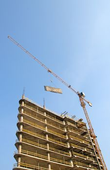 Free Crane Lifts The Plate  Against The Blue Sky Royalty Free Stock Image - 21268636