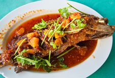 Free Fried Grouper Fish With Sauce,sour And Spicy Royalty Free Stock Image - 21295916