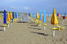 Free Sun Chairs And Umbrellas Royalty Free Stock Images - 21308999
