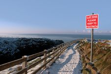 Free Warning Sign On A Winter Snow Cliff Walk Royalty Free Stock Photo - 21319645