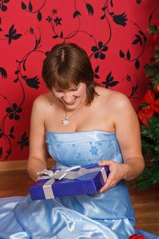 Free Young  Woman With A Gift Royalty Free Stock Images - 21404389
