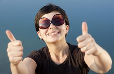 Free Young Brunette Girl Thumbs Up Royalty Free Stock Images - 21468109