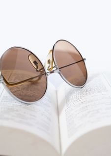 Free Spectacles On A Book Royalty Free Stock Image - 21468556