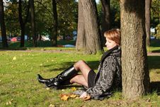Free Charming Young Woman In An Autumn Park Royalty Free Stock Photo - 21491505