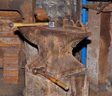 Free Old Rusty Anvil In A Workshop Stock Images - 21563474