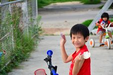 Free Happy Asian Boy Showing His  Shell In His Arms Royalty Free Stock Images - 21598389