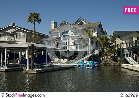 Free Executive House On The Water Royalty Free Stock Images - 2163969