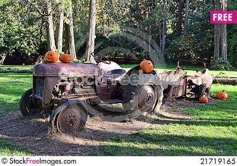 Free Antique Tractor Royalty Free Stock Photo - 21719165