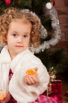 Free Preaty Little Girl Eating Tangerine Royalty Free Stock Photography - 21838397